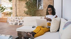 vrouw met laptop op witte bank